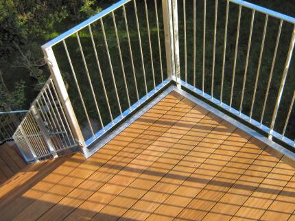 Altan med trappe-adgang: Altan-gulv-brædder i Tali A-sortering hårdttræ terassebrædder, høvlet 4 sider med runde hjørner. Før montering af mahogny træ-håndliste og før montering af altan-låge. Altan-rækværk, galvaniseret type-04.