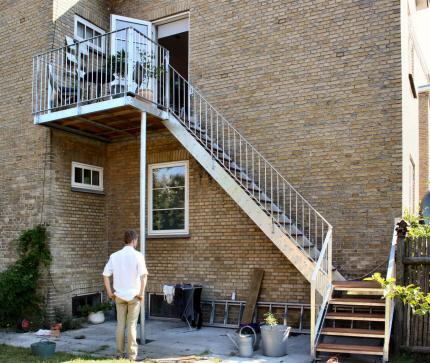 NY stål-altan med trappe-adgang: Altan-gulv lægges i IPE hårdttræ. Altan-rækværk, trappe-gelænder galvaniseret type 04. Trappe-trin af IPE-hårdttræ. Gelænder, rækværk type: Rækværk (gelænder) Udendørs Type 04: Håndliste: Af 50/10mm Fladstål. Baluster,Stolpe: Af 50/10mm Fladstål. Medløber + Bund: 50/8 Fladstål. Værn Udfyldning: Af Ø 12mm Rundstål.