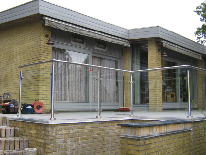 Gelænder, TerrasseGlas: Lamineret Glas ophængt i Crosinox system rækværk af syrefast rustfrit-stål. Terrasseglas læhegn monteret direkte på terrasse belægning med rustfrie balystre og glasbeslag. Glas læskærm med håndliste i rustfrit stål. GlasLæhegn, Glas Læskærm i crosinox system rækværk.
