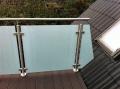 Terrasse rækværk med frosted hvid matteret sikkerhedsglas. Faconskåret glas tilpasset mod tagflade.