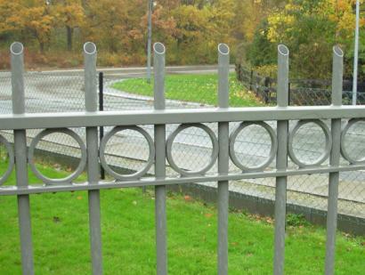 Vedligeholdelsesfrit hegn der typisk Anvendes til indhegning af udendørs områder som industri, park, grønne områder og offentlige anlæg m.m. Baluster-hegns-felter fastgøres med hærværkssikrede skjulte samlinger på stolperne (specialbeslag).