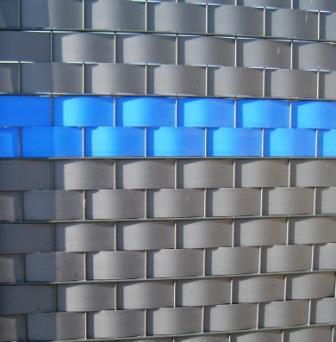 Dette lukkede Panelhegn kan let forsynes med Virksomheds LOGO via de indflettede kunststofbaner ! Lukket logo panelhegn leveres i højder: 143, 163, 183, 203 og 243 cm. Panelhegnet leveres som standard i galvaniseret udførsel, men kan leveres malet i standard RAL farver. Panelhegn udfyldning af kunststof kan leveres i flere farver.