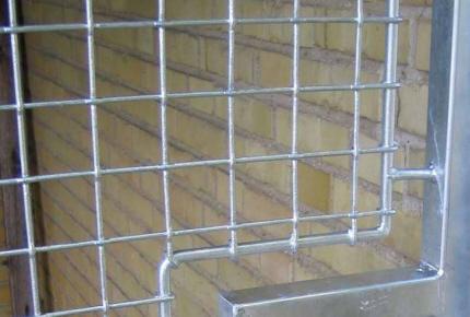 Aftageligt vindues-Gitter, sikret med hængelås