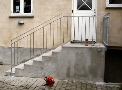 Hovedtrappe Gelænder. Galvaniseret pris billigt, klassisk udendørs trappe-gelænder. Kan påsættes håndliste i hårdttræ.