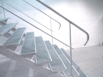 Trappe udendørs / indendørs, lagertrappe i stål, Trappetrin af galv. gitterriste, maskestr. 25x25mm. varmgalvaniseret: Opsadlet ståltrappe m. gitterriste trin. Trappevanger 3 stk. af rør profilstål.