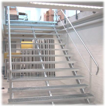 Trappe udendørs / indendørs, lagertrappe i stål, varmgalvaniseret: Opsadlet ståltrappe m. gitterriste trin. Trappevanger 3 stk. af rør profilstål. Trappe gelænder m. håndliste af 43mm rør.
