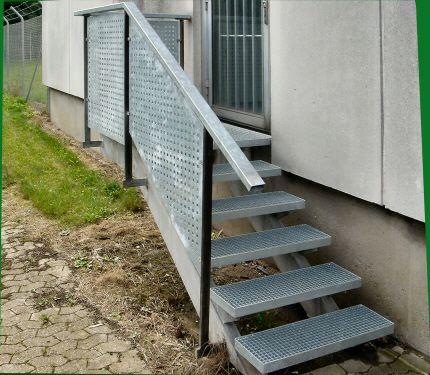 Opsadlet Trappe, Gelænder med mønstret hulplade trappeværn. Trapperepos og trappetrin af galvaniserede gitterriste. Trappevanger af galv. HS-profil.