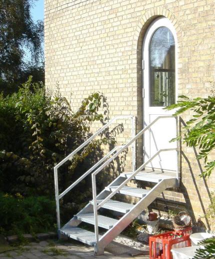 Udendørs Galv. Ståltrappe, 5 trin: Trappe gelænder af firkantrør, fastsvejst på vanger. Alt varmt galvaniseret.