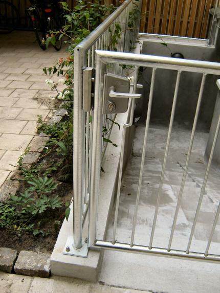 Kældertrappe-låge: Kældertrappe sikret med Locinox rustfri standard låsekasse, på galvaniseret låge af 43mm stålrør i samme design som Rækværk-Gelænder.