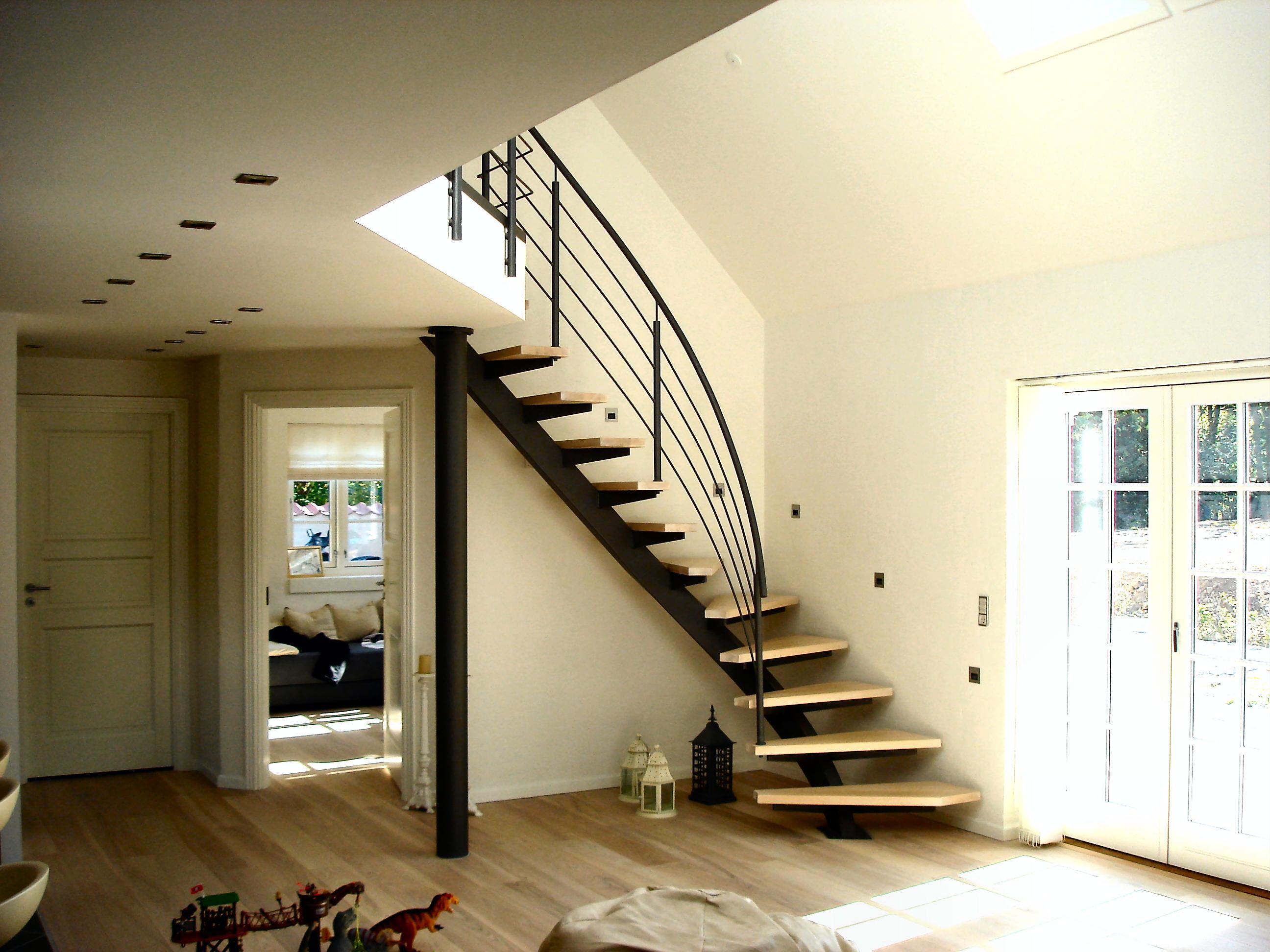 TRAPPE:Opsadlet center ståltrappe, venstre-sving med fyrplank træ ...