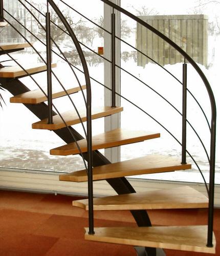 Opsadlet  trappe på venstresving centervange. Gelænder monteret direkte på tilskårede massive fyrplank trappetrin.