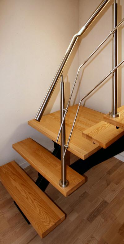 Indendørs opsadlet trappe med design gelænder + håndliste af rustfrit stål