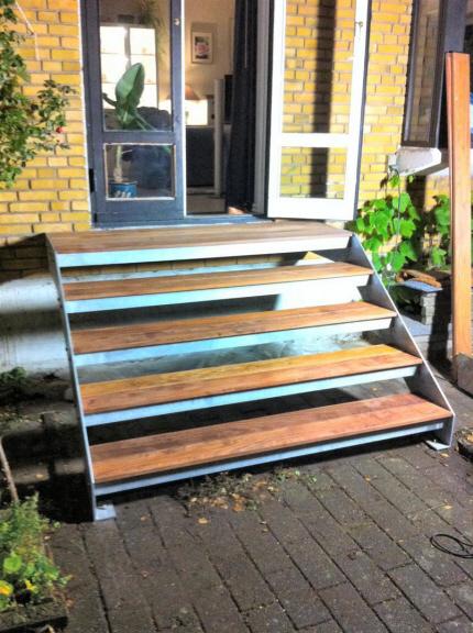 Udendørs ståltrappe ekstra bred: Denne trappe model, ekstra bred terrassetrappe er meget efterspurgt. Trappe bredde 180 cm.