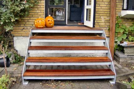 4trin st�ltrappe + repos: Denne udend�rs st�ltrappe model med bredden 180 cm giver mulighed for, ved enkelt terrassed�r at montere trappen usymetrisk for terrassed�ren og giver derved god tr�d-tilside-plads, ved udadg�ende haved�r.