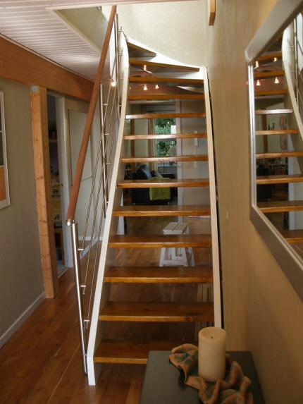 Åben førstesals-trappe påmonteret trappe gelænder, balustere af crosinox rustfrit stål system, medløbere af rustfri stål stænger, håndliste af 45 mm mahogny.