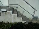 Trappe: Indgang gelænder,rækværk crosinox glasværn. Crosinox udendørs trappegelænder rækværk: Ballustre,+ medløber,håndliste i rustfrit stål,Værn af lamineret sikkerhedsglas.SALG,Montering,Tilbud.