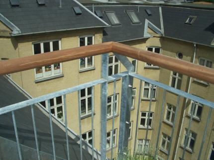 Tagterrasse, rækværk med IPE-hårdttræ træ-håndliste 45 gr profil.